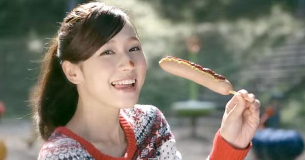 ホットドッグを食べている姿が可愛い藤田可菜の画像♪