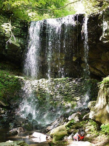 滝で記念撮影