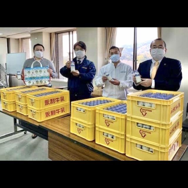 楠田大蔵太宰府市長、永利牛乳さんの瓶牛乳4000本購入のお願い