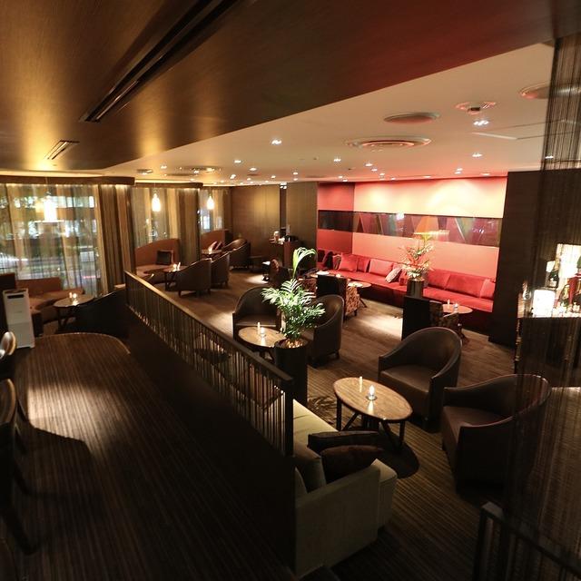 ANAクラウンプラザホテル福岡 M2F「メザニンバー」内観フロア