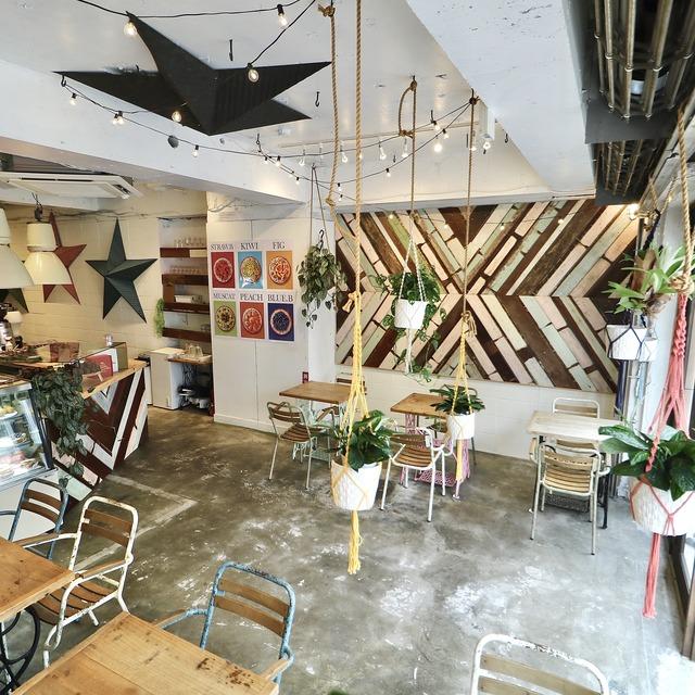 福岡大名「ウイ・アー・レディー」カフェスペース