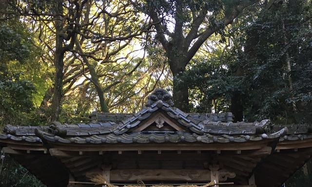 石穴稲荷神社の本殿屋根