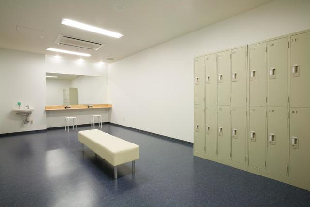 「アサヒ緑健 久山テニス俱楽部」更衣室