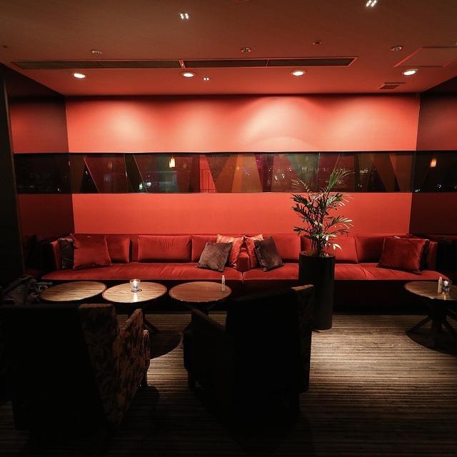 ANAクラウンプラザホテル福岡 M2F「メザニンバー」赤いソファ