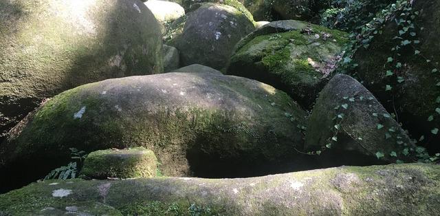 石穴稲荷神社の磐座の巨石群