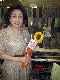 ネクタイ作家の田熊央子先生に母の日のひまわり