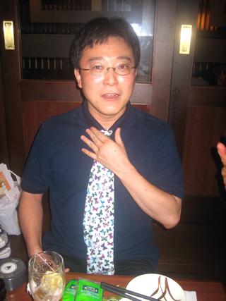 大阪のベンチャー社長のネクタイの締め方 ポロシャツにネクタイ