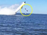 モーターボートのレースで運転席から投げ出された乗員2名が死亡。そのビデオ。