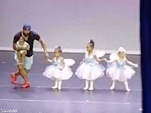 バレエの発表で緊張して大号泣する女の子、そこへパパが助っ人として登場…会場は拍手喝采