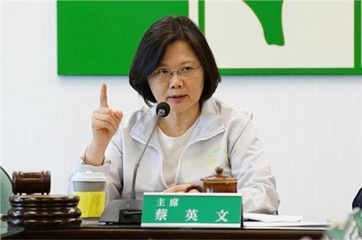 【朗報】台湾次期総統の蔡英文氏が台北の同人誌即売会を視察 会場は「霧島」コールで大歓迎