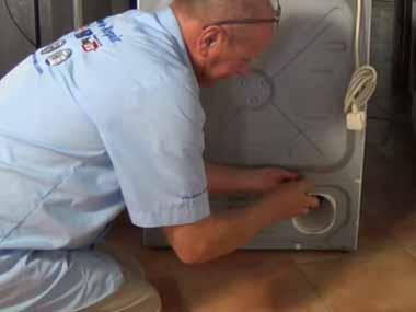 子ネコの鳴き声が店の中で聞こえる。どこからだろう? → 2日後、乾燥機の底から見つかりました…