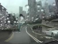時空を超えた旅行者!?香港で奇妙な事故が撮影されて話題になっている映像。