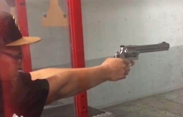 【動画】 デカいマグナム銃が手中で暴発する様子をスローモーションで!!