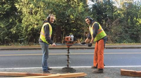 うちら陽気な作業員 二人で力を合わせて穴を掘るぜ!