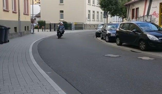 【動画】 街中の細い道を時速300キロで走っているかの様な音のバイク!!