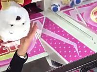 これは窃盗だよな?UFOキャッチャーの景品を信じられない方法でゲットする少年が撮影される。