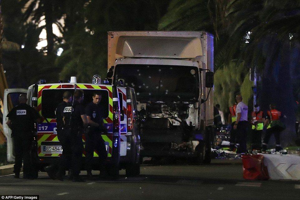 【動画あり】フランス・ニースでテロ攻撃 少なくとも73人死亡 大型トラックで突っ込み運転手が銃乱射