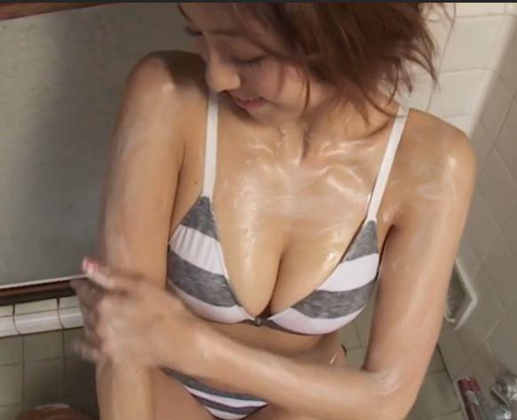 中村静香ちゃんが体を洗ってテカったおっぱいから乳輪が見えるか気になってしまう
