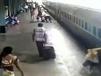 電車から飛び降りようとして死にかけた女性のビデオ(°_°)というか他にも飛び降りる人が。