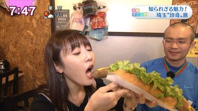 【放送事故画像】NHK岸田麻由美アナのホットドッグ食いが卑猥過ぎるww『おはよう日本』で巨大ソーセージを頬張る絵面がエロすぎると2ch大興奮!