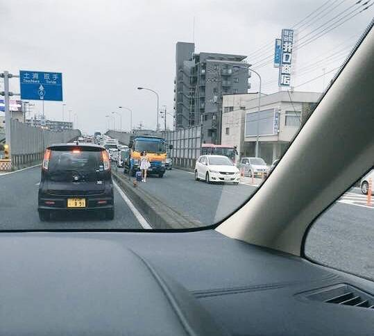 【悲報】バカ女、車道を徒歩で移動し渋滞を作るwwwwwwwwwwww