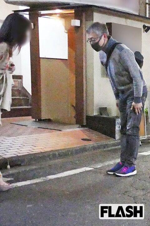 """【FLASH】松尾貴史、政府批判の論客が深夜まで「3軒はしご酒」飲み始めは """"Facebookで知り合った女性"""" と"""