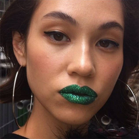 水原希子が投稿した「セクシーな唇」が完全にギャグ