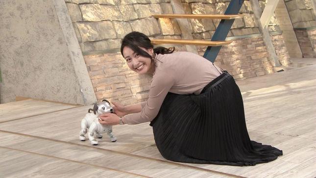 「AIBO」に夢中な小川彩佳アナに、ブラ線とインナーが透ける!!