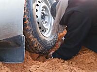 覚えておくと便利かも。タイヤをウインチ替わりにしてスタックを脱出する方法。