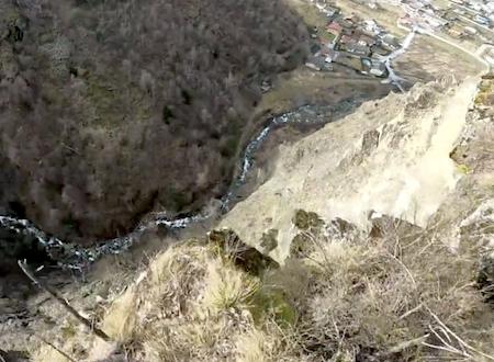 ベースジャンピングに失敗して崖に叩きつけられたジャンパーの痛々しいビデオ。