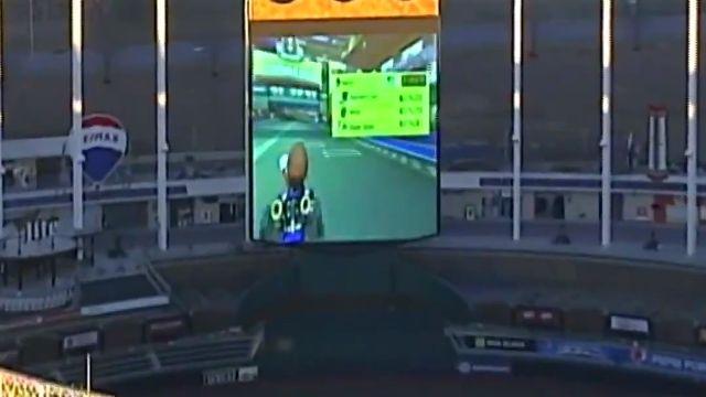 アメリカのスタジアムにある巨大スクリーンで、何者かがマリオカートを楽しむ様子が偶然撮影される