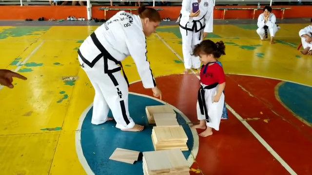 3歳の少女に「この板を踏み割るんだよ」と教える行為のなんと難しいことか……