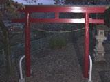 神社の灯籠に登って遊んでいた中学生がバランスを崩し落下、先端の石が外れ落ち下敷きになり死亡 = 高崎市