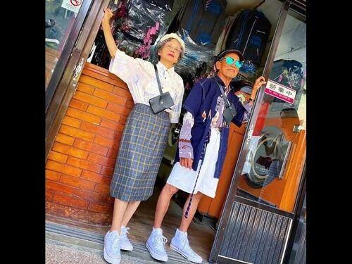 80代の老夫婦がコインランドリーの忘れ物でファッションショーをしたところ大人気に