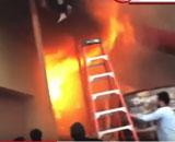 【動画】 複合商業施設で火災、逃げ遅れた少女ら次々飛び降りる = ニュージャージー州