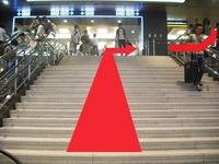 階段をのぼったら右に回り込んでUターン