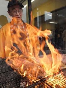 ステーキを炭火焼きします。