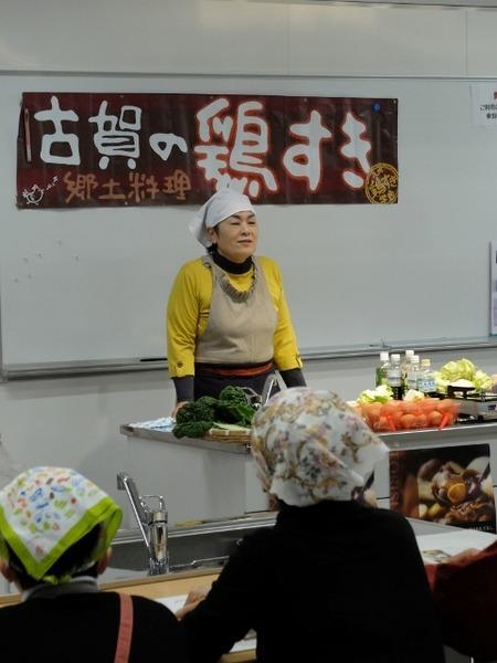 副学長が鶏すきの作り方を紹介
