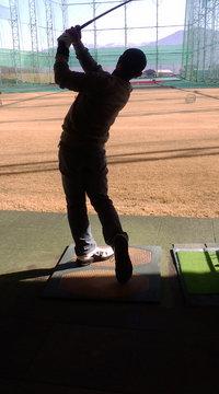 ゴルフの試し打ち中の 中島智吏さん