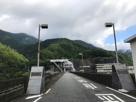 井川ダムの堤体を走り抜けます