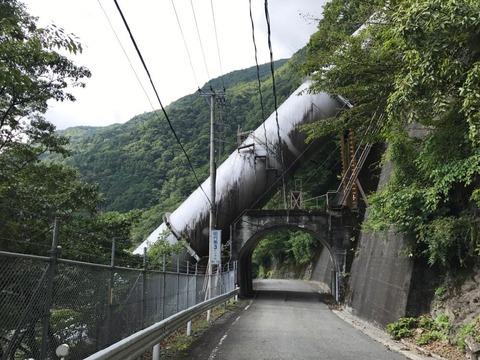 頭上を抜ける畑薙第二発電所の導水管