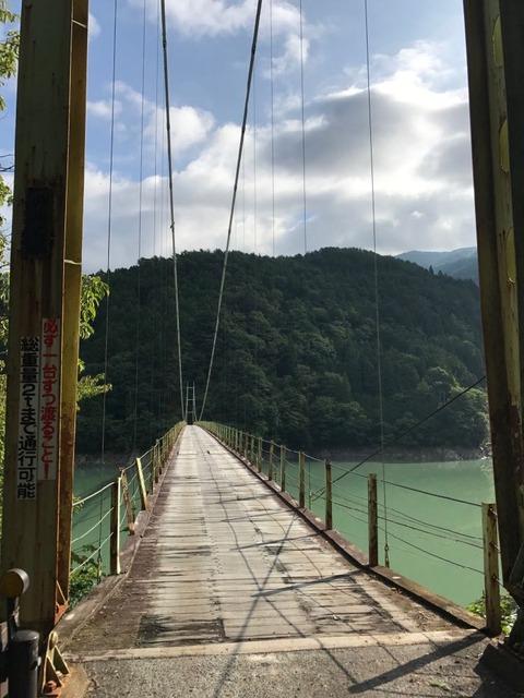 井川大橋は片側通行の長い吊り橋