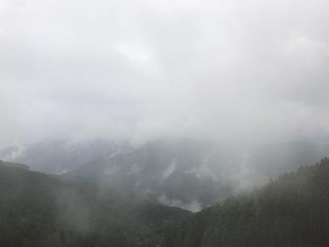 富士見峠の手前では霧の中を抜けます