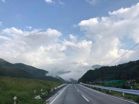 谷間に朝霧が立ち込めていて、まるで雲が地上に降りて来ているよう