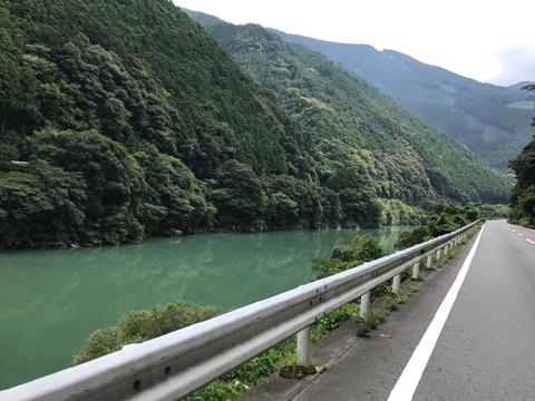 細く長く続く秋葉湖は川なのか湖なのかわからない