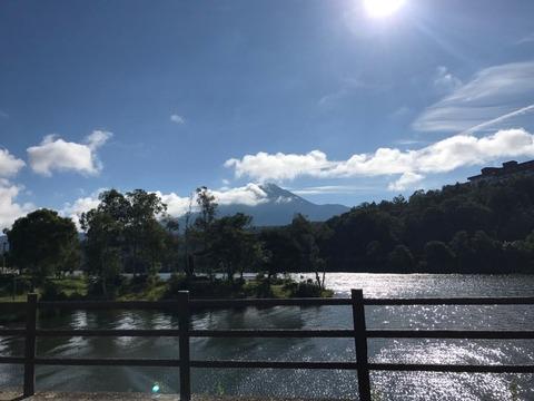富士の本栖湖と似た白樺湖の風景