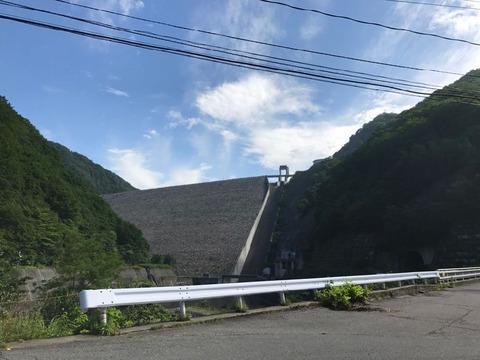 県道63号から見える圧倒的な勇姿は奈良俣ダム