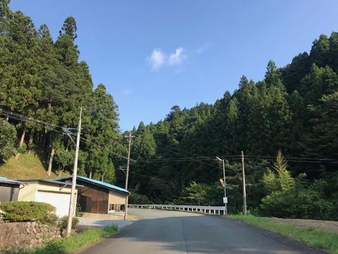 三倉で県道58号と重複したのち、再び別れて63号はさらに西に