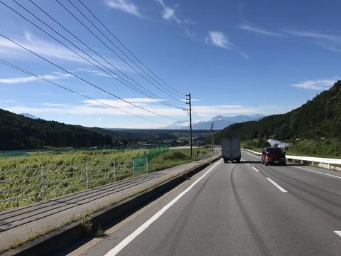 茅野市街まではゆるやかな斜面を下っていく裾野の道
