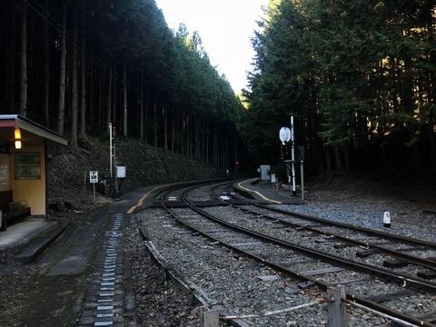 閑蔵駅は静かな佇まいの谷間にある駅